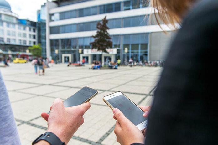 Trotz der durch die Corona-Pandemie bedingten Einschränkungen können Studieninteressierte die Universität Jena über das digitale Informationsangebot kennenlernen – zum Beispiel mit ihren Smartphones. (Foto: Christoph Worsch/FSU)