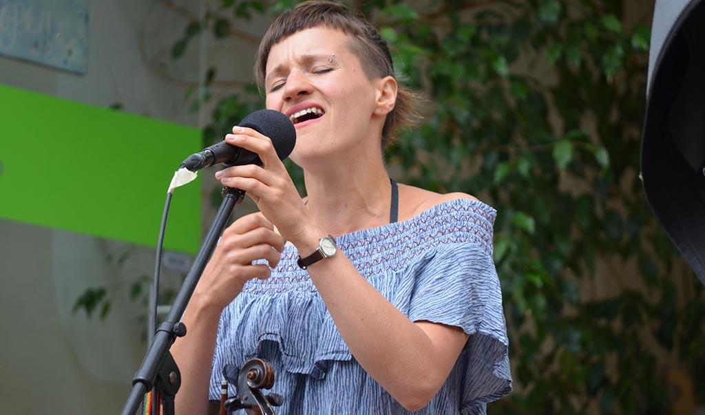 Judith Antkowiak (AcordoSol) beim SommerGartenKonzert Nr. 6