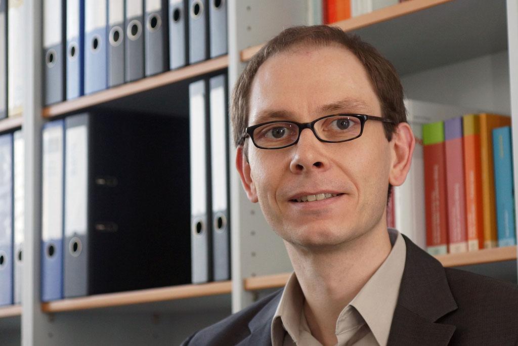 Politikwissenschaftler Prof. Dr. Michael May von der Universität Jena hat gemeinsam mit einer Kollegin einen praxisnahen Band zum Thema Rechtsextremismus in Schulen herausgegeben.  (Foto: Anne Günther/Uni Jena)