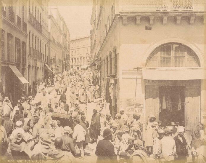 Die Sammlung enthält u.a. Momentaufnahmen, etwa eine belebte Straßenszene in Algier. (Foto: Alexandre Leroux/Universitätsbibliothek Jena)