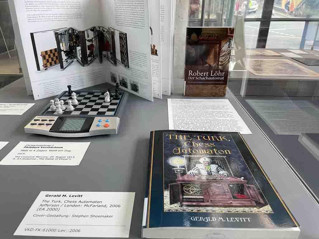 """Schach-Computer und Informationen zum """"Schach-Türken"""" in einer Ausstellungsvitrine.  (Foto: André Karliczek / ThULB)"""