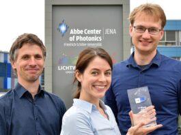 Dr. Falk Eilenberger (l.), Kim Lammers (m.) und Dr. Tobias Vogl (r.) sind Teil des Gewinnerteams. (Foto: Anne Günther / Universität Jena)